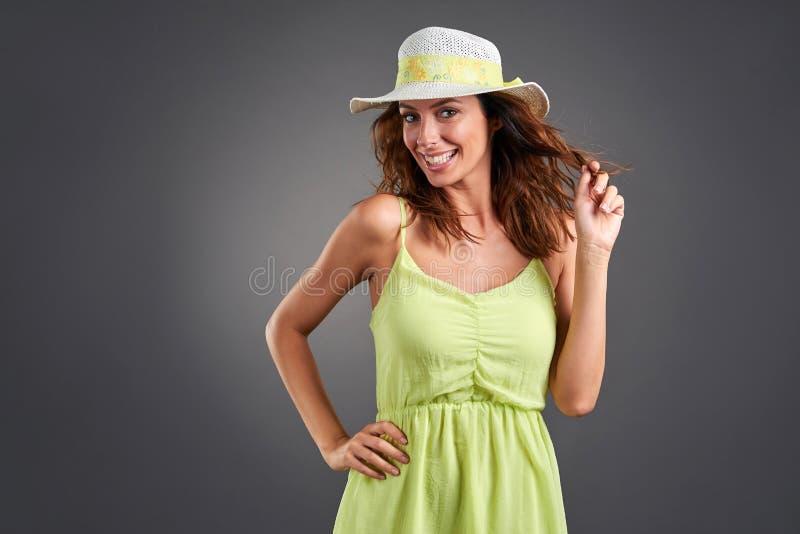 Mujer joven feliz en un vestido foto de archivo