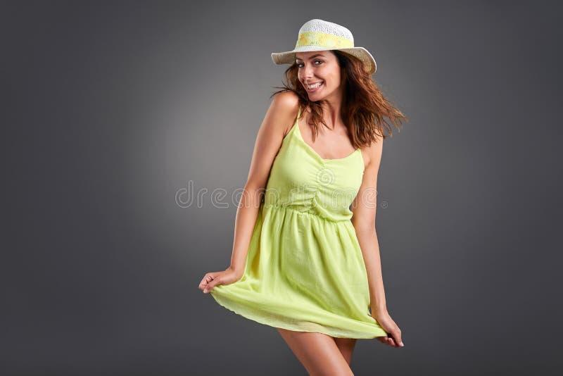 Mujer joven feliz en un vestido fotos de archivo