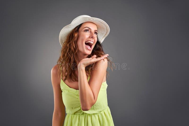 Mujer joven feliz en un vestido imagenes de archivo