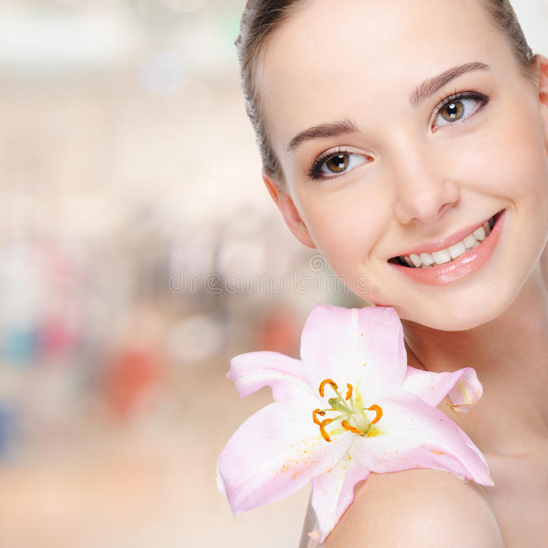 Mujer joven feliz hermosa con el lirio imagenes de archivo