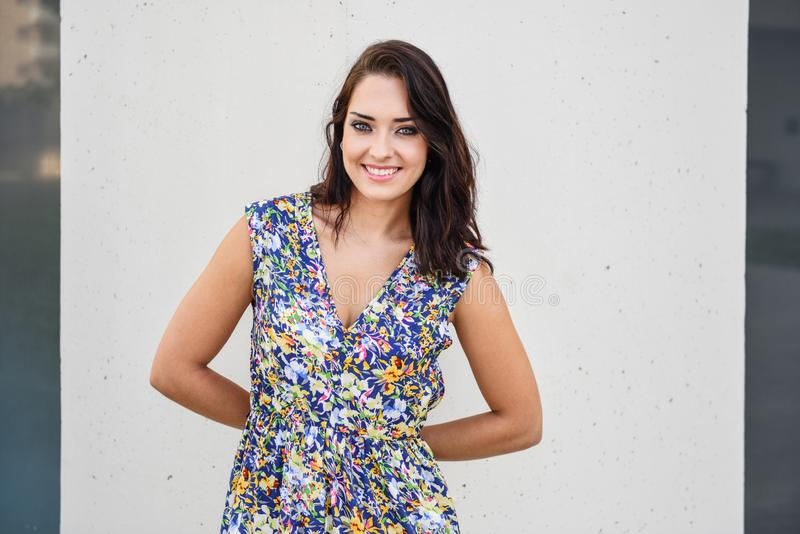 Mujer joven feliz hermosa con los ojos azules que sonríe al aire libre imagen de archivo