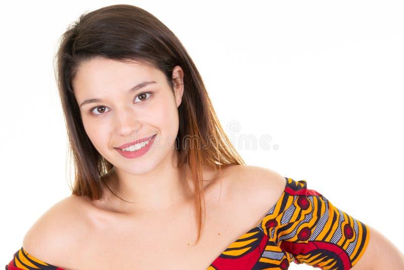 Mujer joven feliz hermosa del retrato con belleza sonriente de los dientes blancos imagen de archivo libre de regalías