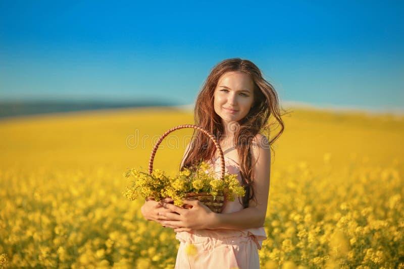 Mujer joven feliz libre en campo de la violación que disfruta de vida Brune bonito imagenes de archivo