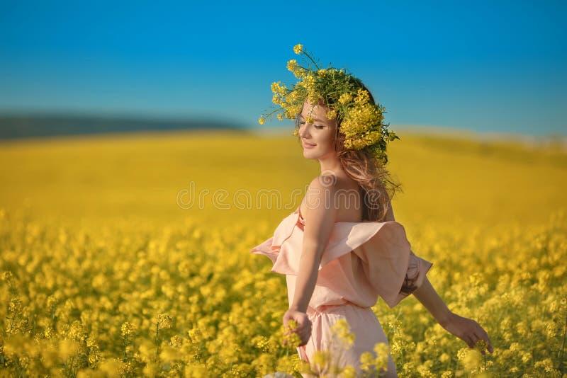 Mujer joven feliz libre en campo de la violación que disfruta de vida Brune bonito fotos de archivo