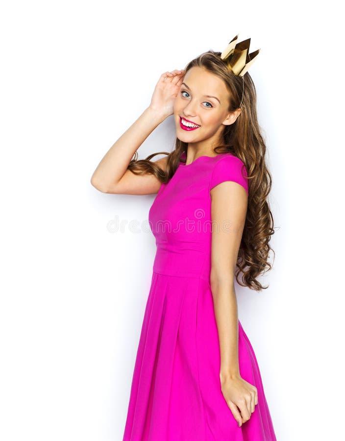 Mujer joven feliz o muchacha adolescente en corona de la princesa imagenes de archivo