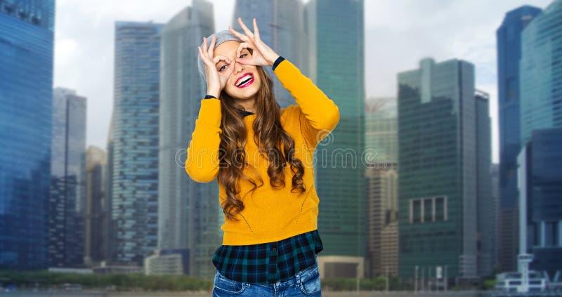 Mujer joven feliz o muchacha adolescente que se divierte fotos de archivo