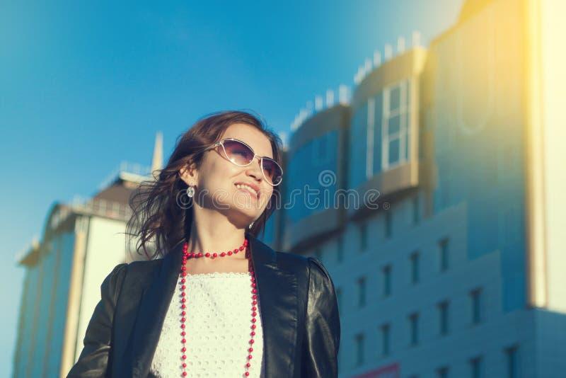 Mujer joven feliz que camina en una calle de la ciudad foto de archivo libre de regalías