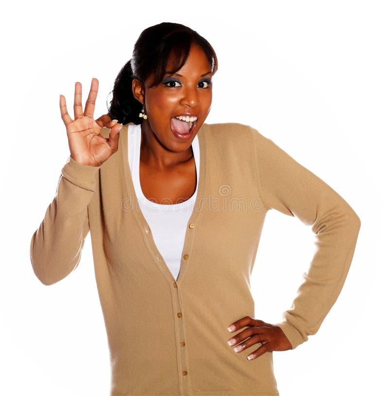 Mujer joven feliz que dice gran trabajo fotos de archivo