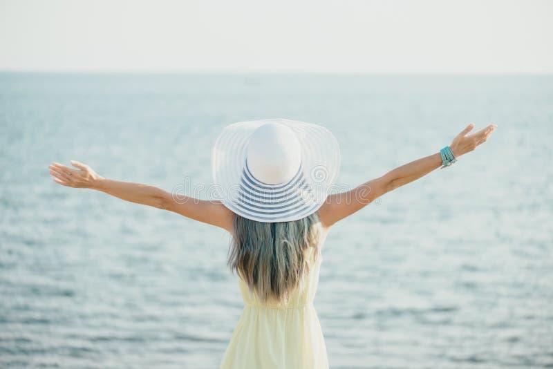Mujer joven feliz que disfruta de la vista del mar imágenes de archivo libres de regalías
