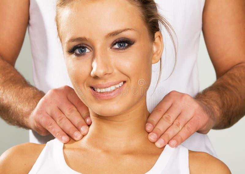 Mujer joven feliz que disfruta de un masaje fotografía de archivo libre de regalías