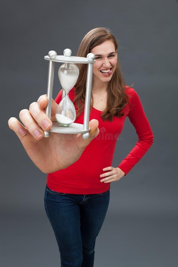 Mujer joven feliz que hace una cara divertida para la inocencia del tiempo fotos de archivo libres de regalías