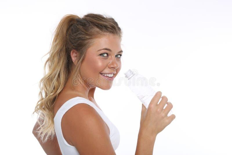 Mujer joven feliz que resuelve y que hace actividades de la aptitud foto de archivo