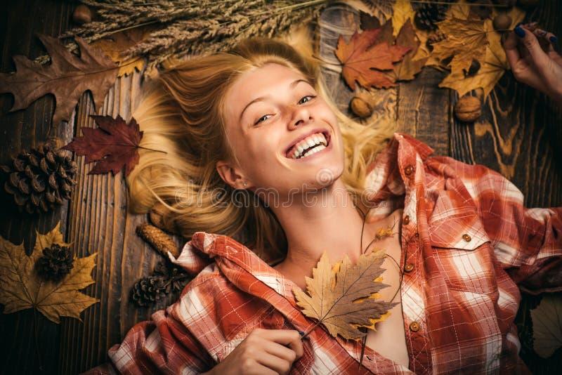 Mujer joven feliz que se prepara para el d?a soleado del oto?o Concepto del oto?o Muchacha hermosa con el tablero del fondo para  foto de archivo libre de regalías