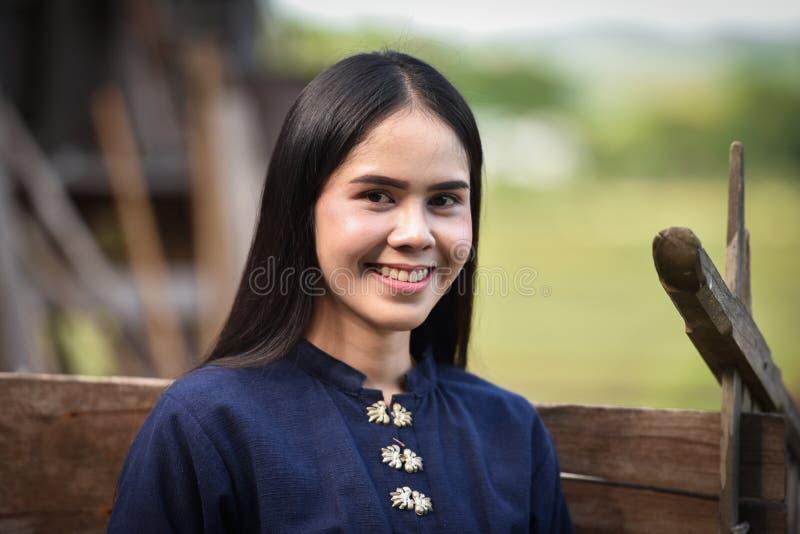 Mujer joven feliz que sonríe en la naturaleza fotografía de archivo libre de regalías