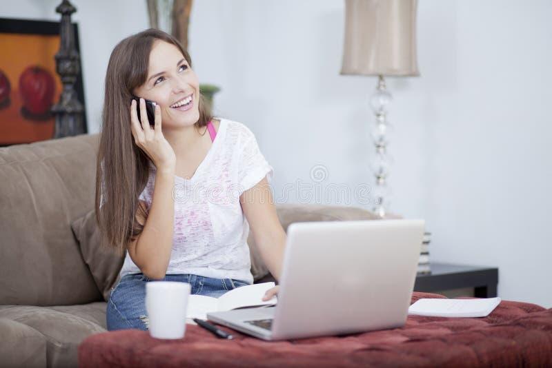 Mujer joven feliz que trabaja de hogar imágenes de archivo libres de regalías