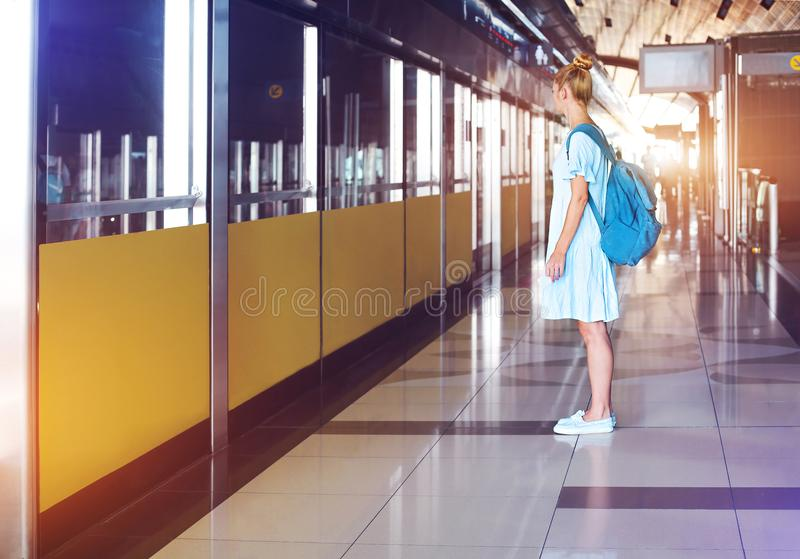Mujer joven feliz que viaja en metro imagenes de archivo