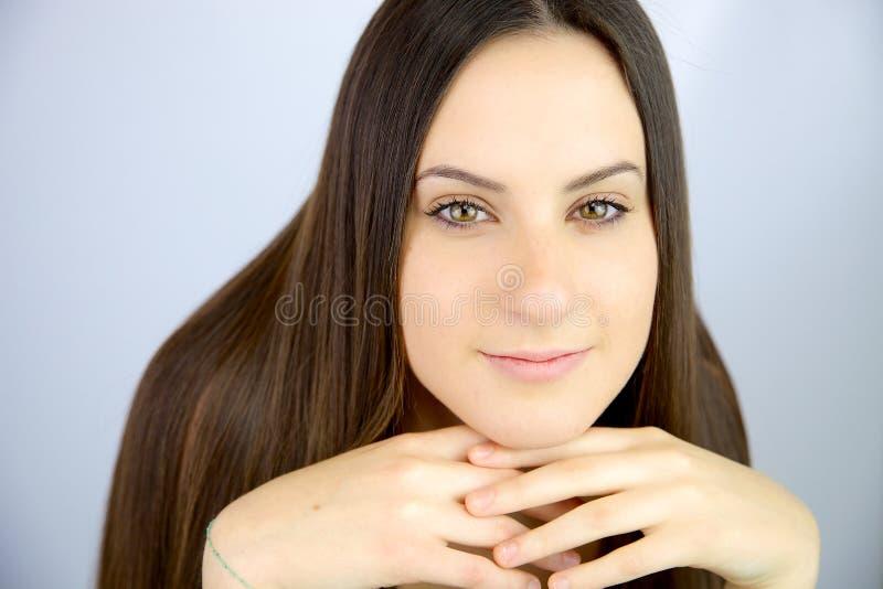 Mujer joven fresca linda con el pelo magnífico y los ojos verdes imagen de archivo libre de regalías