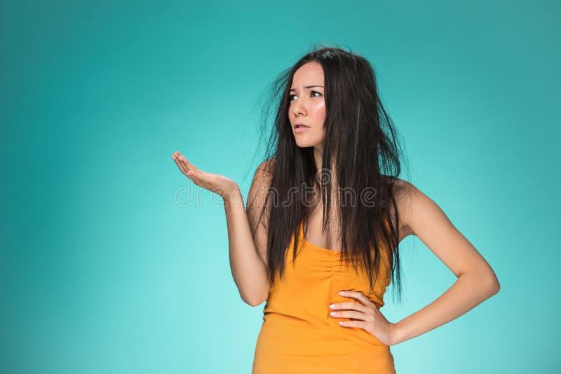 Mujer joven frustrada que tiene un mún pelo foto de archivo