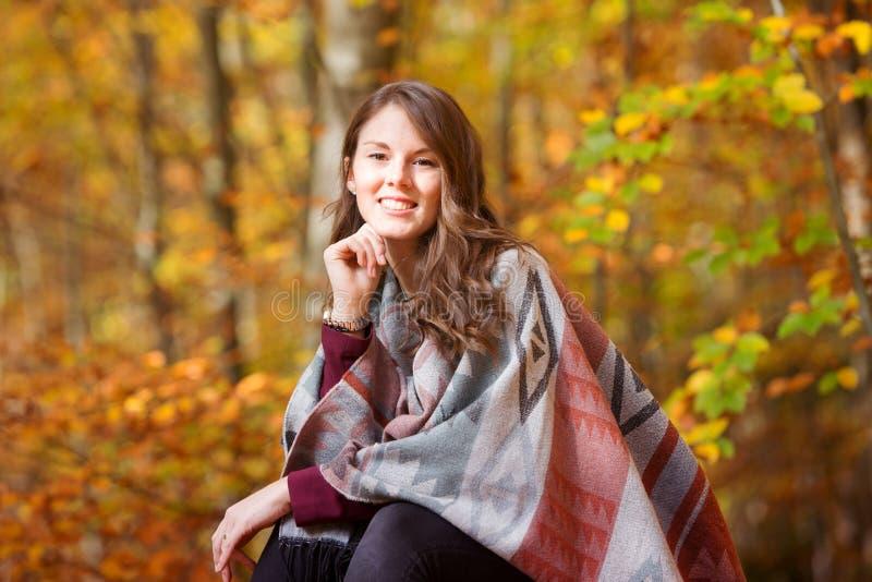 Mujer joven hermosa afuera en sol del otoño foto de archivo libre de regalías