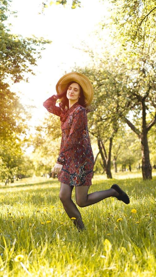 Mujer joven hermosa al aire libre Disfrute de la naturaleza Muchacha sonriente sana en parque fotografía de archivo