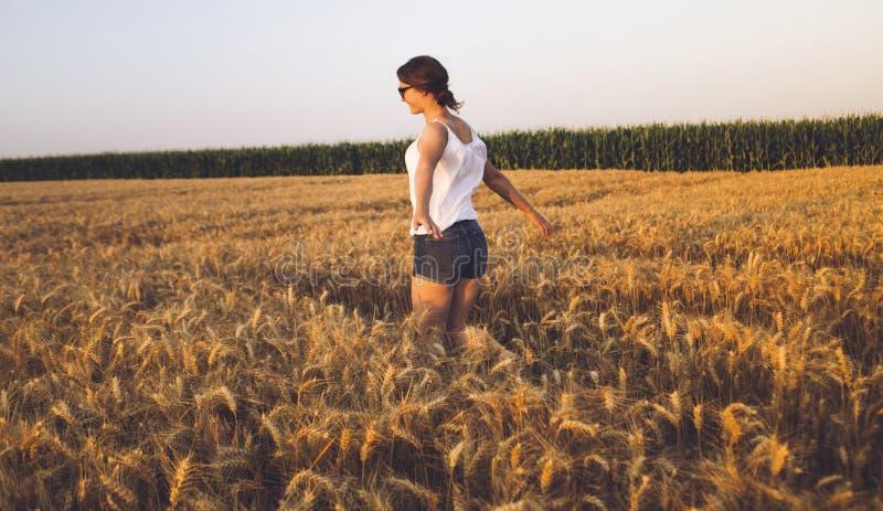 Mujer joven hermosa al aire libre que disfruta de la naturaleza fotos de archivo
