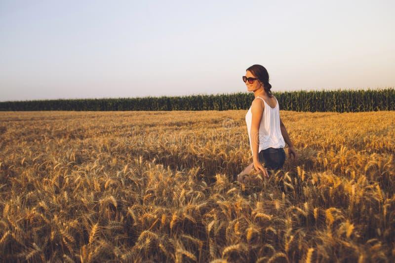 Mujer joven hermosa al aire libre que disfruta de la naturaleza imágenes de archivo libres de regalías