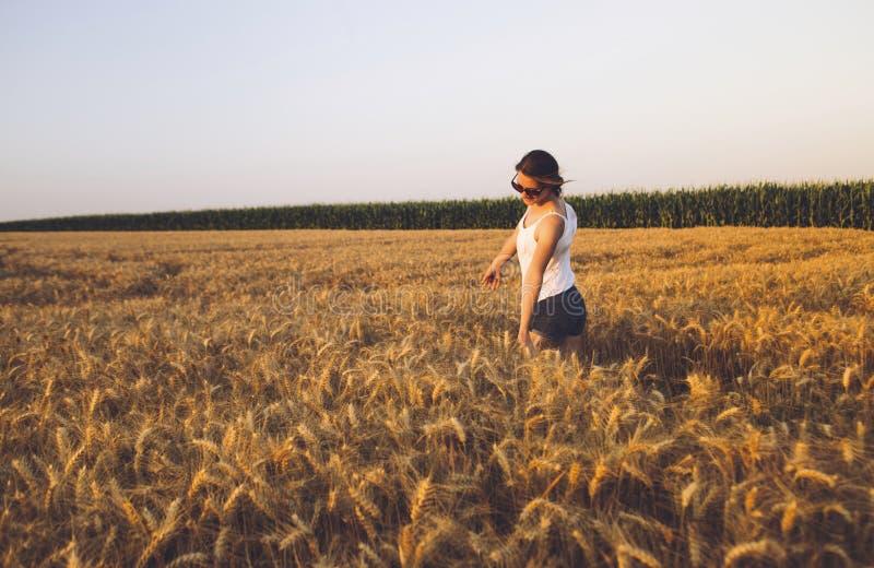 Mujer joven hermosa al aire libre que disfruta de la naturaleza fotografía de archivo libre de regalías