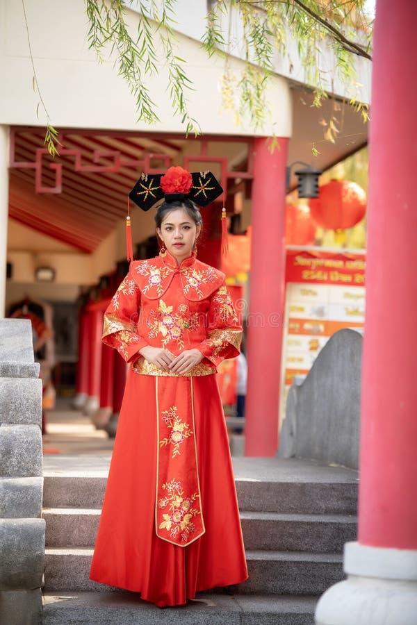 Mujer joven hermosa asiática que lleva un vestido chino tradicional de la novia, imagen de archivo libre de regalías