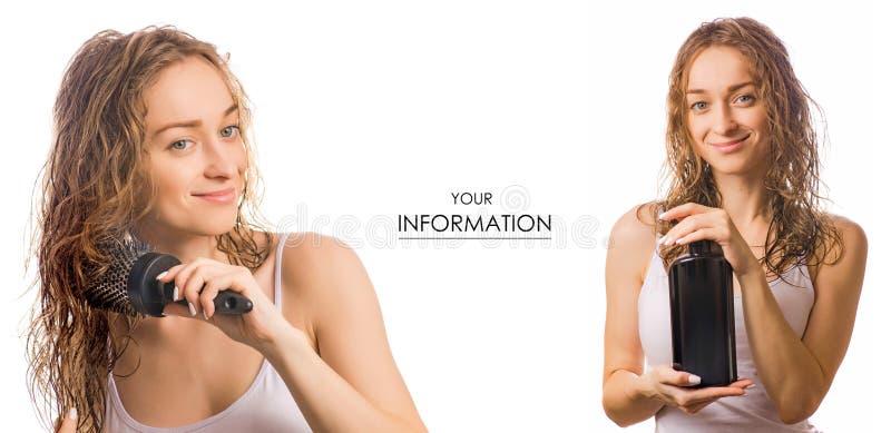 Mujer joven hermosa con champú del peine y de la botella del pelo en modelo determinado de la belleza de las manos fotos de archivo