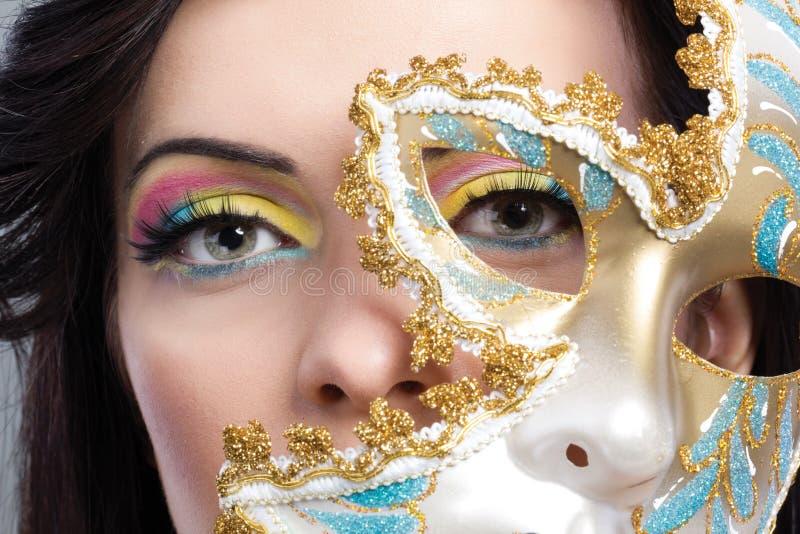 Mujer joven hermosa con cierre veneciano misterioso de la máscara para arriba imagenes de archivo