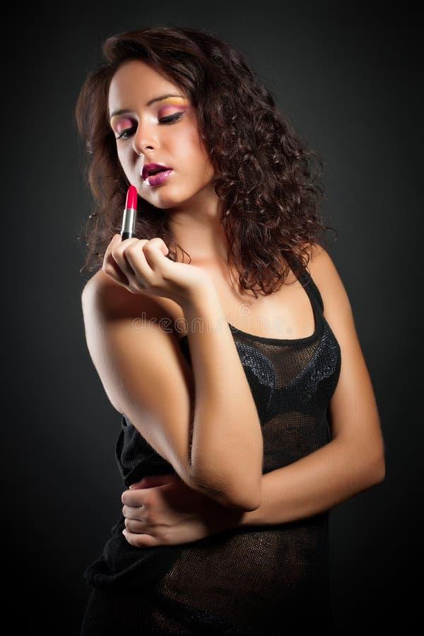 Mujer joven hermosa con el lápiz labial fotografía de archivo