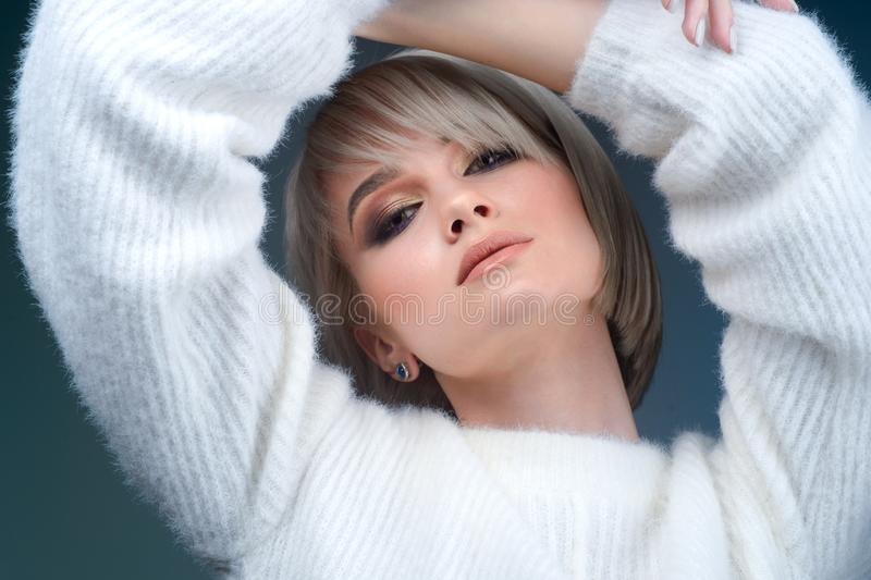 Mujer joven hermosa con el pelo blanco corto y el maquillaje ahumado del ojo Muchacha rubia atractiva y magnífica con un corte de fotos de archivo libres de regalías