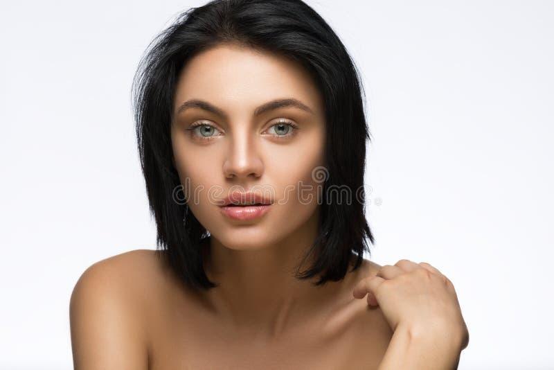 Mujer joven hermosa con el pelo corto recto aislado en el fondo blanco fotos de archivo libres de regalías