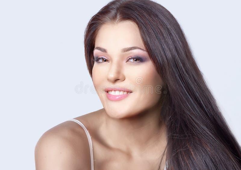 Mujer joven hermosa con el pelo largo marrón foto de archivo