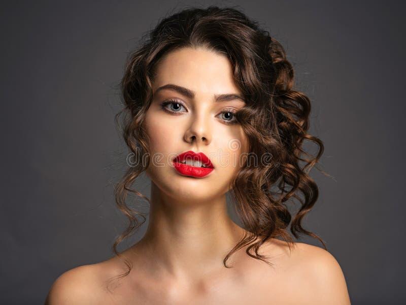 Mujer joven hermosa con el pelo marr?n rizado largo imagen de archivo libre de regalías