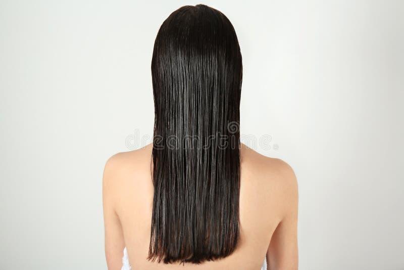 Mujer joven hermosa con el pelo mojado después de la ducha fotografía de archivo libre de regalías