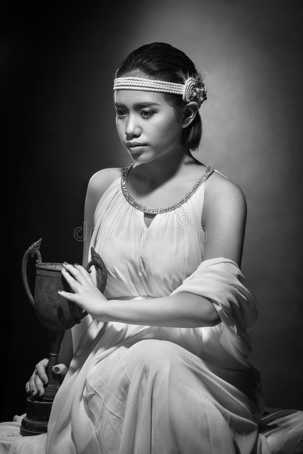 Mujer joven hermosa con el pelo negro y el maquillaje brillante fotografía de archivo
