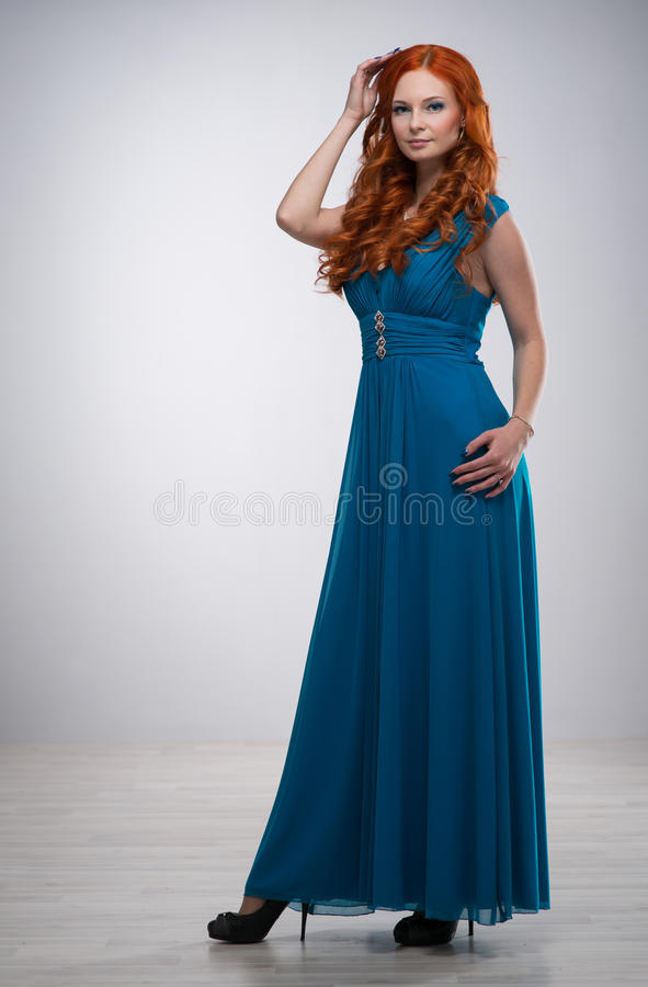 Mujer joven hermosa con el pelo rojo imagen de archivo