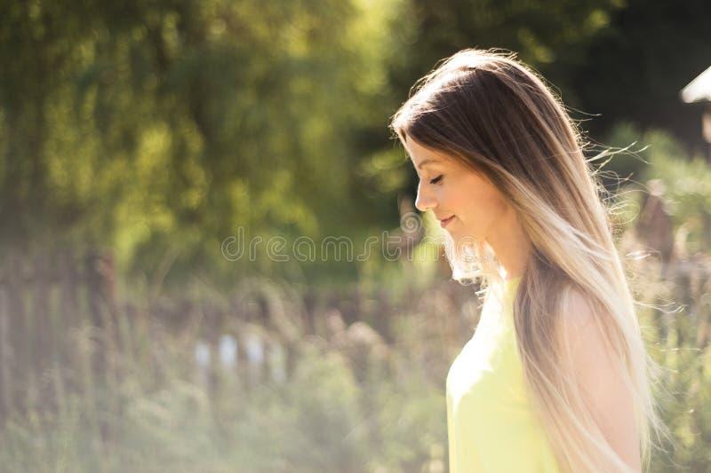 Mujer joven hermosa con el pelo rubio largo Verano asoleado fotografía de archivo