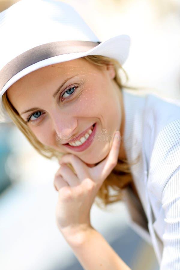 Mujer joven hermosa con el sombrero blanco imagenes de archivo