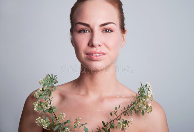 Mujer joven hermosa con el spiraea imagenes de archivo