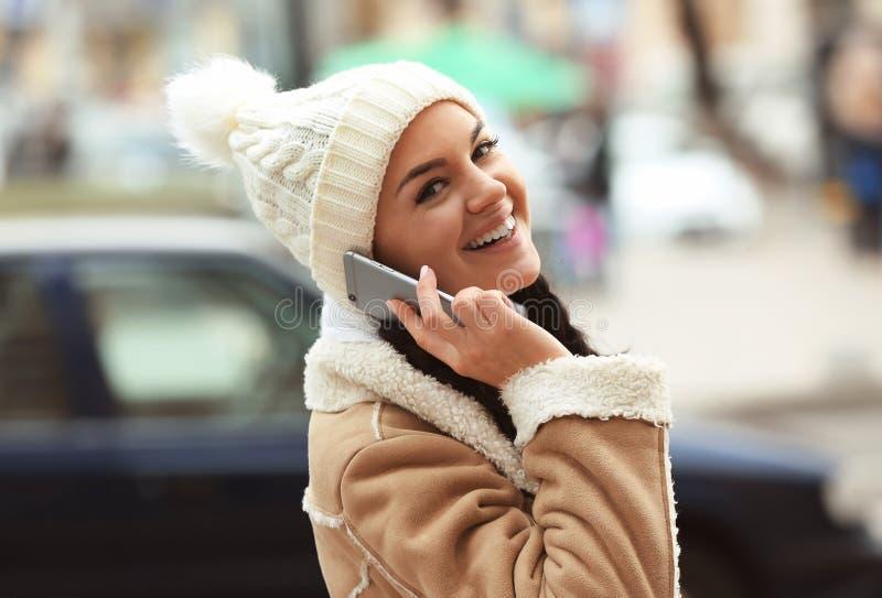 Mujer joven hermosa con el teléfono imagenes de archivo