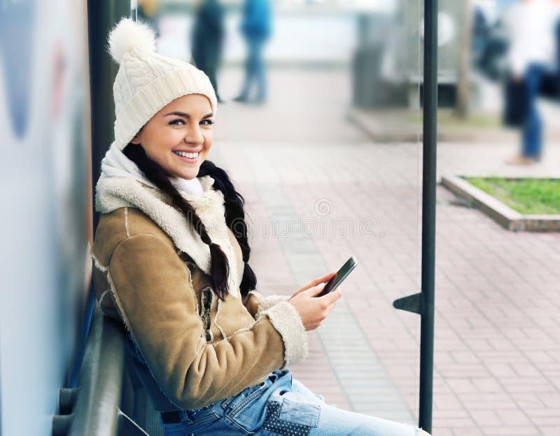 Mujer joven hermosa con el teléfono imágenes de archivo libres de regalías