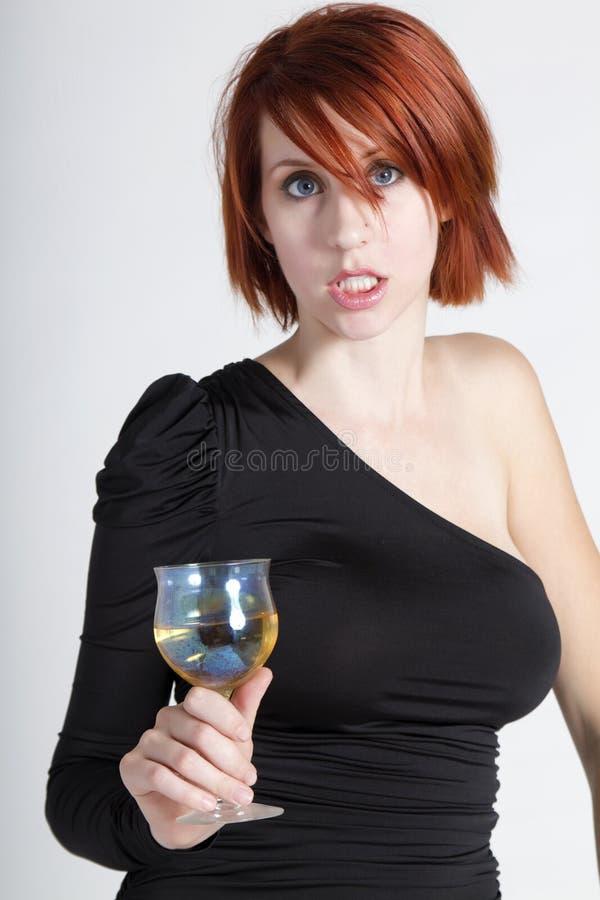 Mujer joven hermosa con el vidrio de vino fotografía de archivo libre de regalías