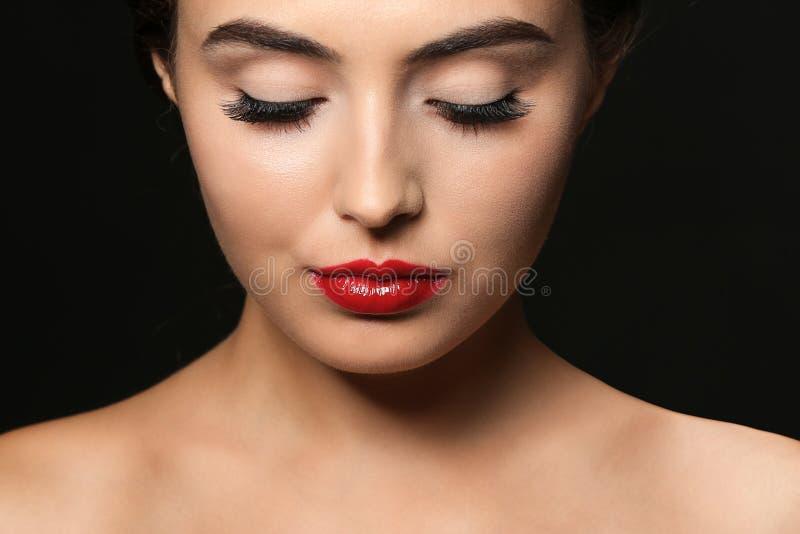 Mujer joven hermosa con extensiones de la pestaña imagen de archivo