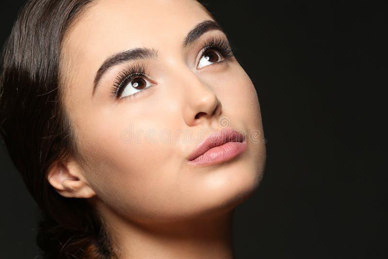Mujer joven hermosa con extensiones de la pestaña foto de archivo libre de regalías