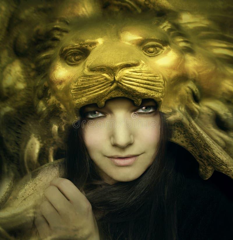Mujer joven hermosa con la máscara del león stock de ilustración