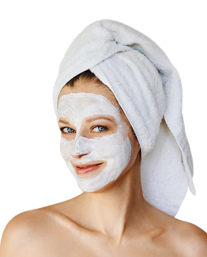 Mujer joven hermosa con la máscara facial en su cara Cuidado y tratamiento de piel, balneario, belleza natural y concepto de la c fotografía de archivo