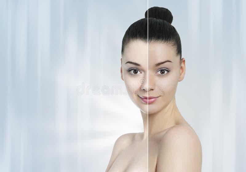 Mujer joven hermosa con la media media piel oscura ligera imagenes de archivo