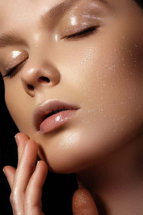 Mujer joven hermosa con la piel brillante limpia perfecta, natural fas imagenes de archivo